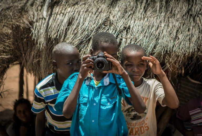 jongen camera afrika