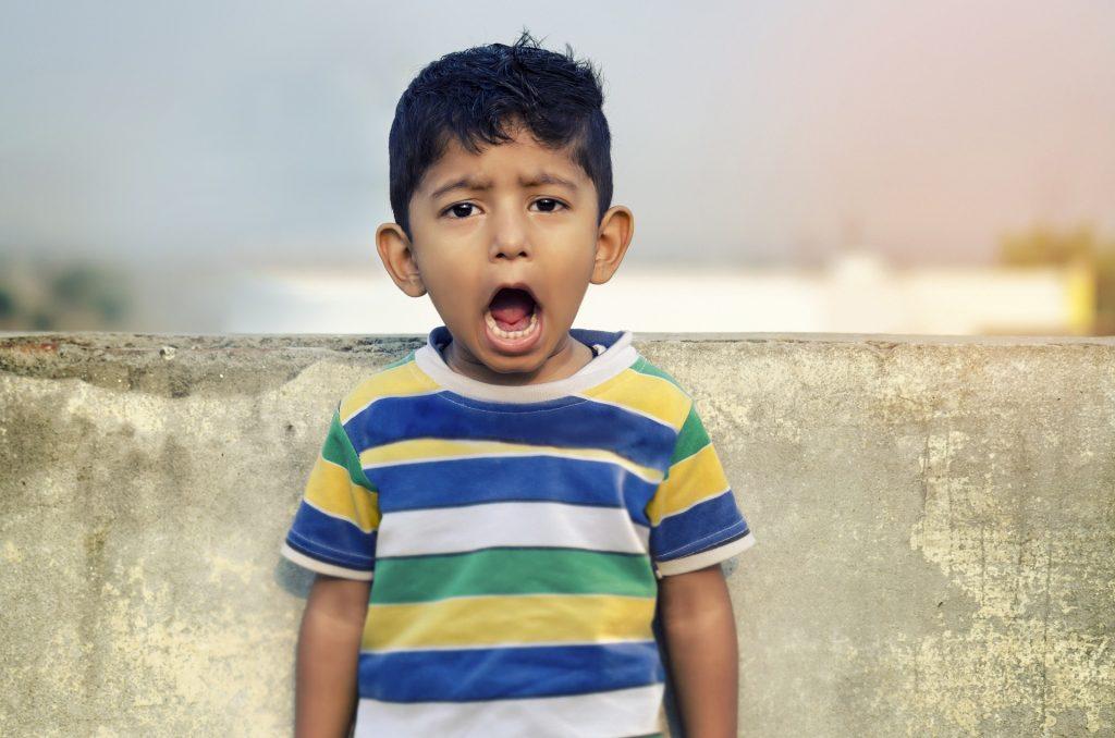 jongen schreeuwen